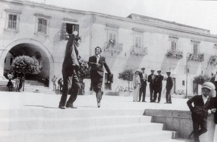 La palazzata di Piazza Matteotti a Santa Margherita di Belice in una foto di scena tratta dal film La smania addosso  1962